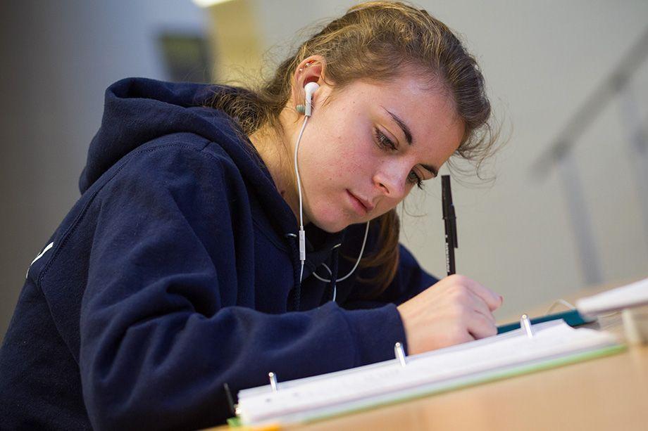 920x613 photo student writing