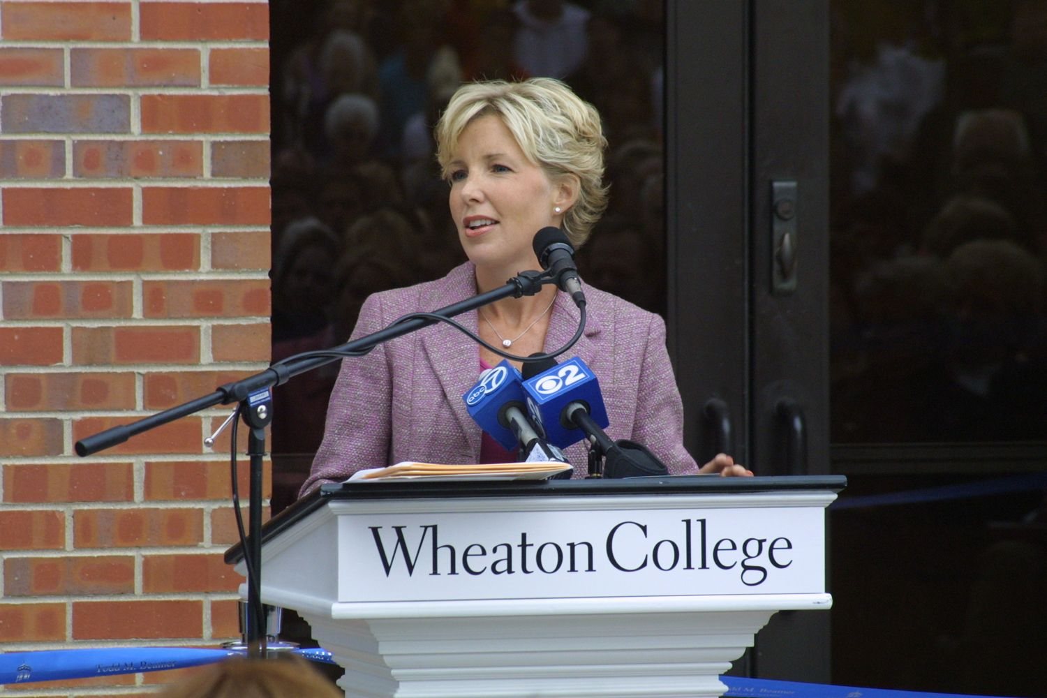 Lisa Brosious Beamer '91 speaks at the Todd M. Beamer Student Center dedication ceremony at Homecoming 2004.